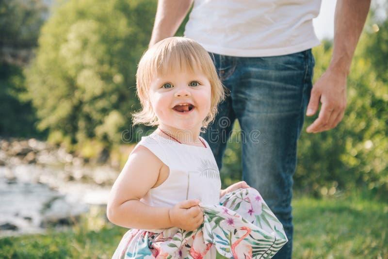 Funcionamiento de la hija para engendrar el abrazo del ` s fotografía de archivo