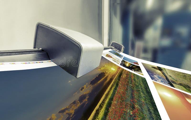 Funcionamiento de la impresora compensado de la prensa de la máquina en la tabla fotografía de archivo