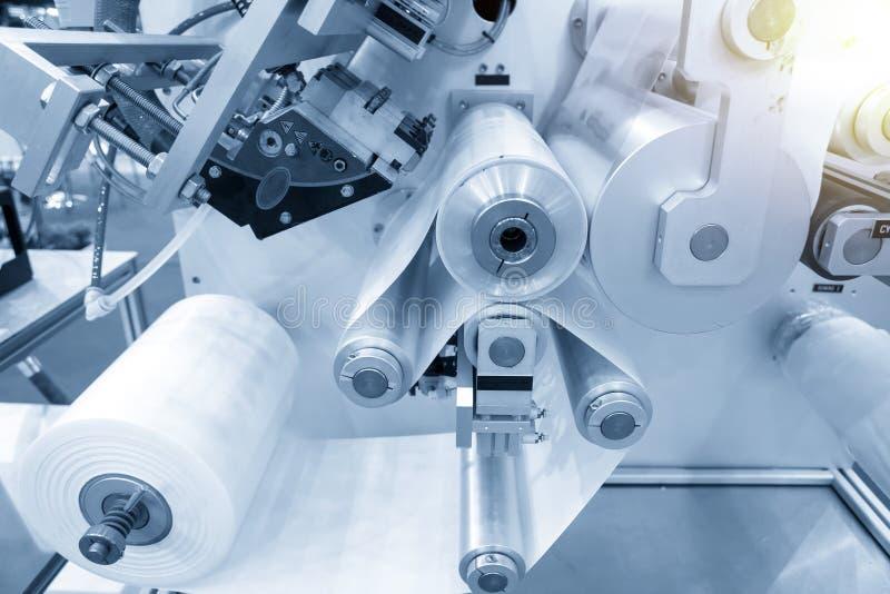 Funcionamiento de la máquina automática de fabricación de bolsas de plástico con efecto luminoso fotos de archivo libres de regalías
