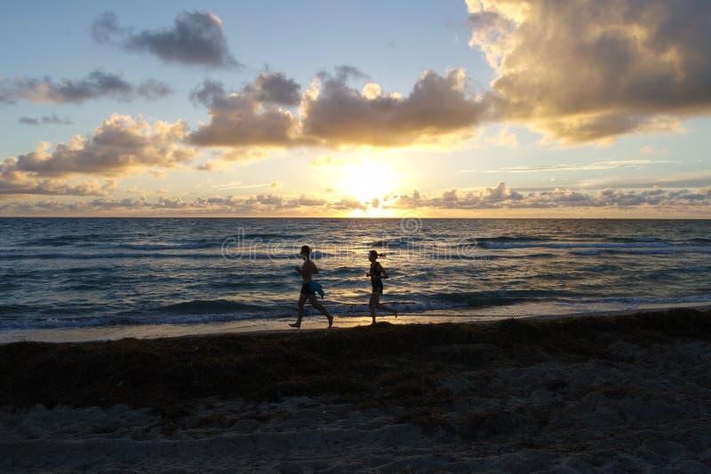 Funcionamiento de la mañana cerca del mar fotos de archivo