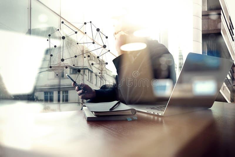 Funcionamiento de la mano del diseñador y teléfono y ordenador portátil elegantes fotos de archivo libres de regalías