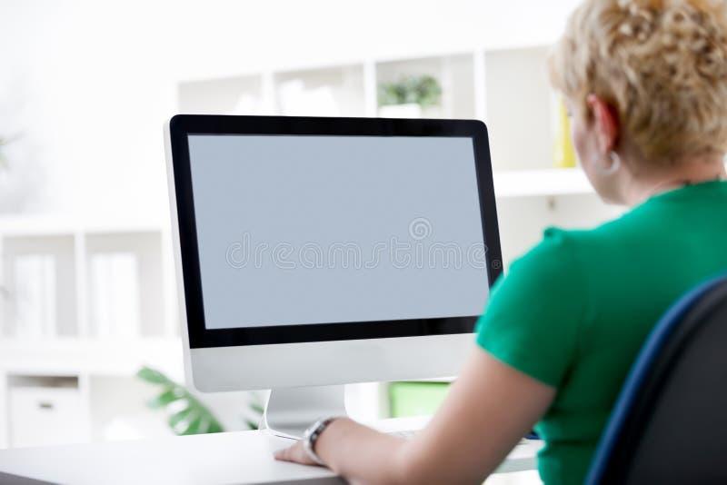 Funcionamiento de la mujer de un ordenador imagen de archivo