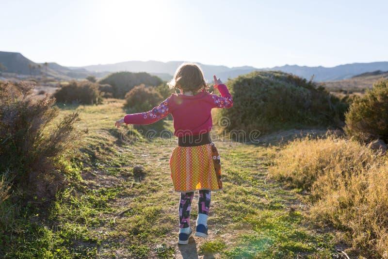 Funcionamiento de la niña con el paisaje español fotografía de archivo libre de regalías