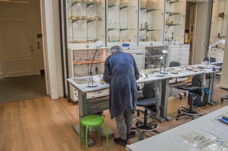 Funcionamiento de la persona en un laboratorio Allard Pierson Museum Amsterdam The Países Bajos 2018 de la arqueología imágenes de archivo libres de regalías