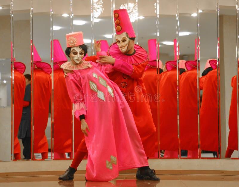 Funcionamiento de los actores del caballero Pezho de las muñecas del teatro que vaga en el salón de la piel de ante del teatro fotografía de archivo