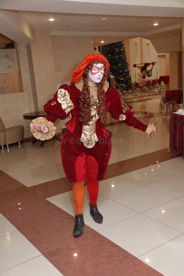 Funcionamiento de los actores del caballero Pezho de las muñecas del teatro que vaga en el salón de la piel de ante del teatro imágenes de archivo libres de regalías