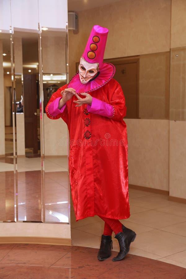 Funcionamiento de los actores del caballero Pezho de las muñecas del teatro que vaga en el salón de la piel de ante del teatro fotos de archivo