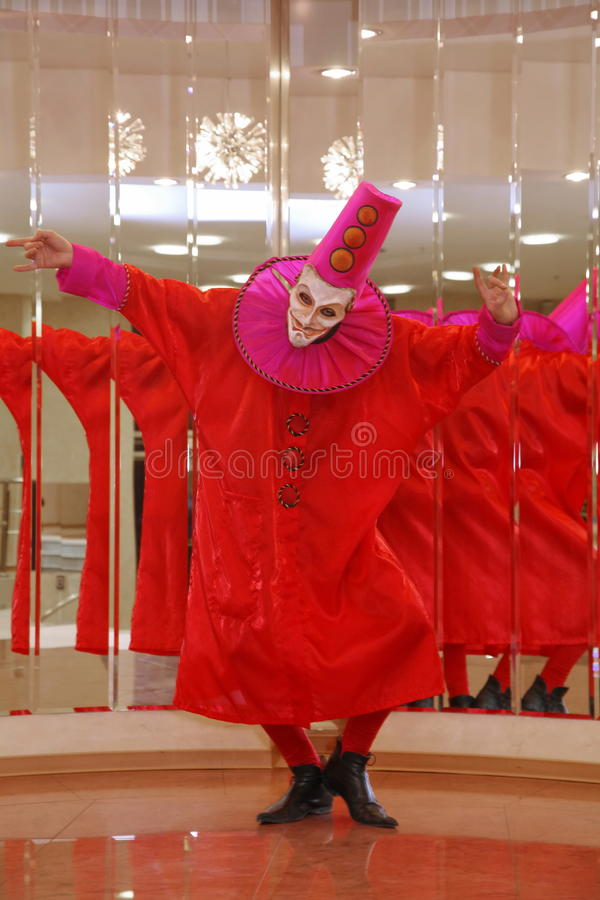 Funcionamiento de los actores del caballero Pezho de las muñecas del teatro que vaga en el salón de la piel de ante del teatro foto de archivo libre de regalías