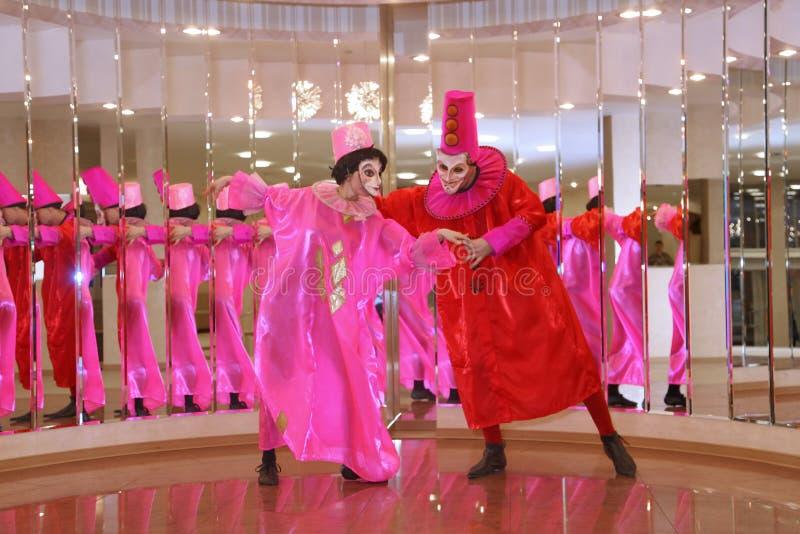 Funcionamiento de los actores del caballero Pezho de las muñecas del teatro que vaga en el salón de la piel de ante del teatro imagen de archivo libre de regalías
