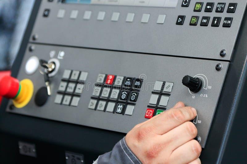 Funcionamiento de los controles de la máquina del CNC foto de archivo libre de regalías