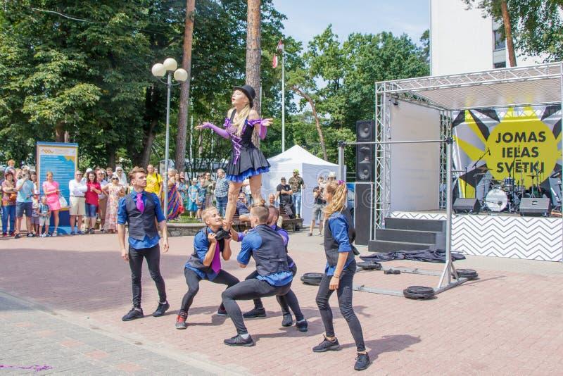 Funcionamiento de un grupo de gimnastas en el festival de la calle de Jomas Acceso abierto, ningunos boletos foto de archivo libre de regalías