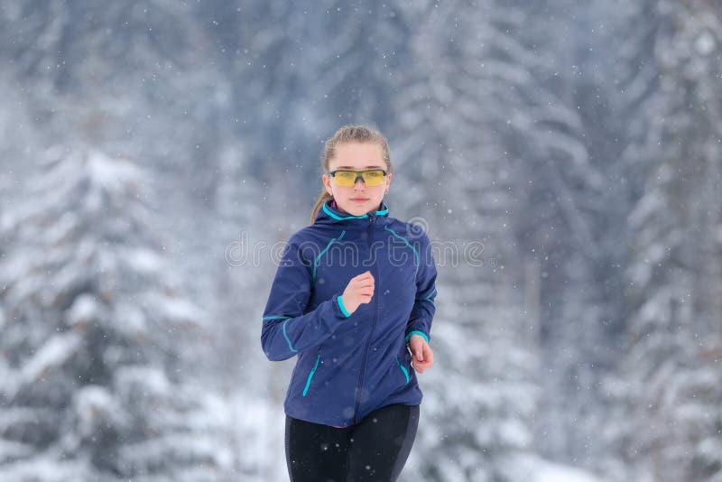 Funcionamiento del adolescente en rastro de montaña del invierno imagen de archivo
