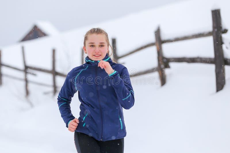 Funcionamiento del adolescente en rastro de montaña del invierno imágenes de archivo libres de regalías