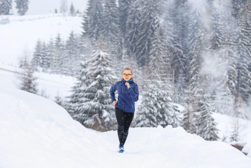 Funcionamiento del adolescente en rastro de montaña del invierno fotografía de archivo libre de regalías
