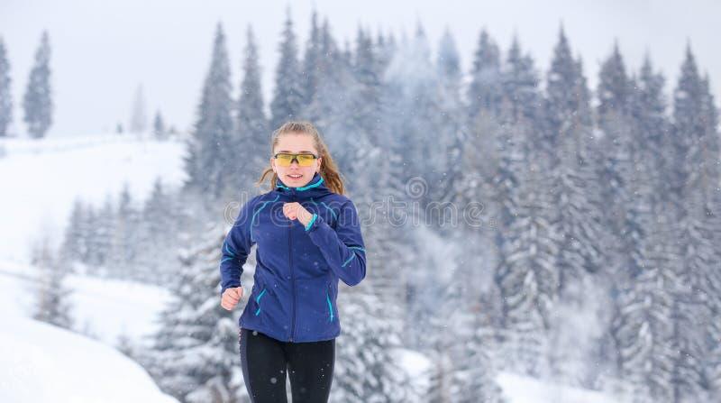 Funcionamiento del adolescente en rastro de montaña del invierno fotos de archivo libres de regalías