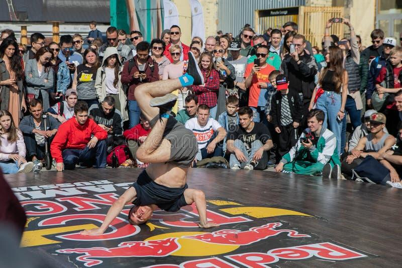 Funcionamiento del bailarín At The Festival de la danza moderna fotografía de archivo