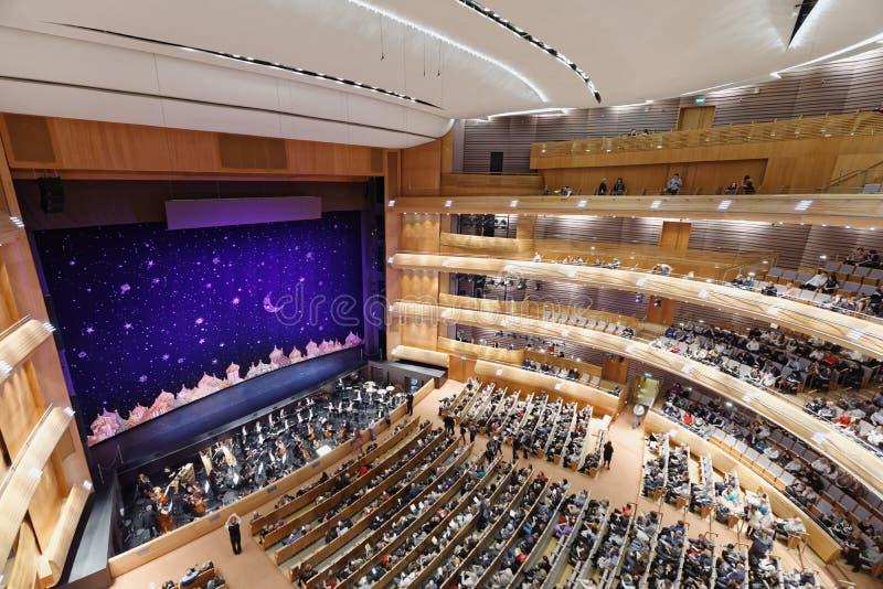 Funcionamiento del bebore de la gente en el teatro académico del ballet y de la ópera de Mariinsky del estado fotografía de archivo
