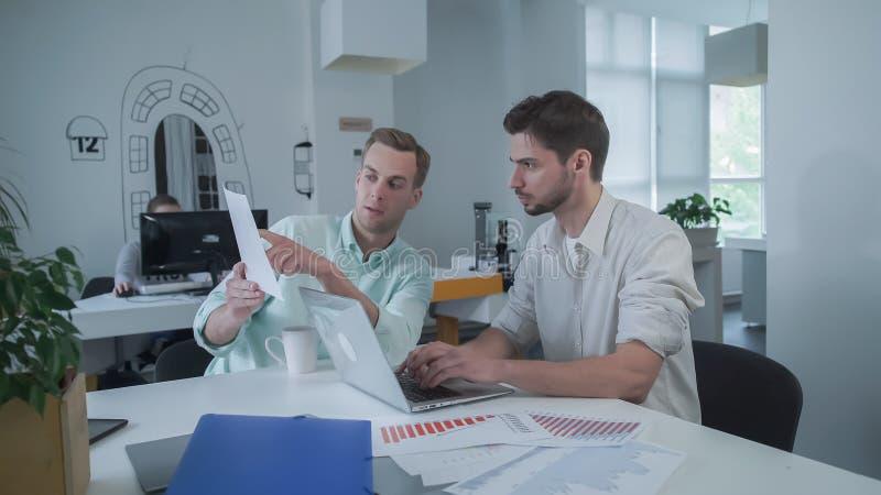 Funcionamiento del equipo del negocio concentrado en una presentación fotos de archivo