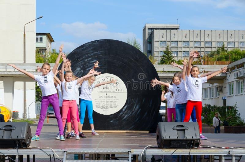 Funcionamiento del grupo de niños en zona abierta durante el día de la ciudad, Gomel, Bielorrusia imagenes de archivo
