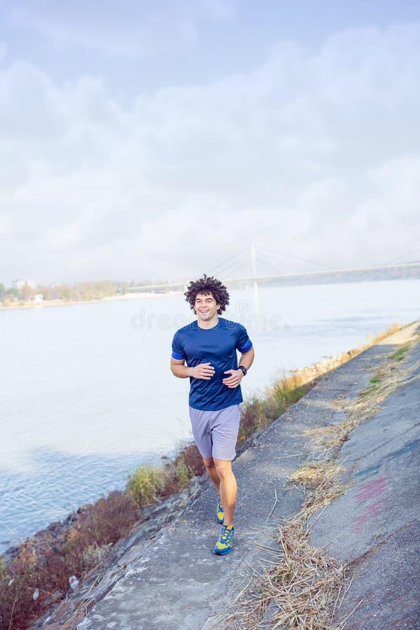 Funcionamiento del hombre del corredor del atleta de la aptitud Forma de vida activa que activa co foto de archivo