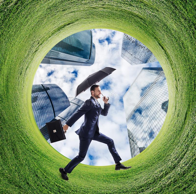 Funcionamiento del hombre de negocios en círculo verde del campo imágenes de archivo libres de regalías