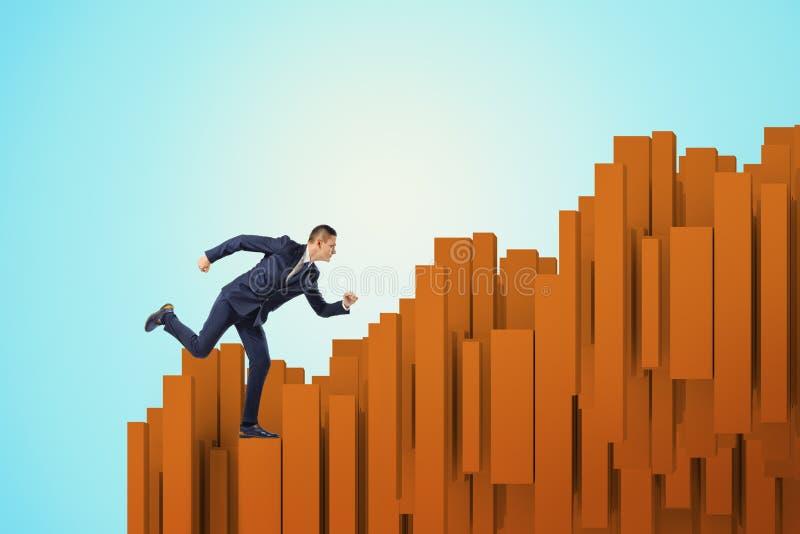 Funcionamiento del hombre de negocios encima de columnas marrones en fondo azul imagen de archivo
