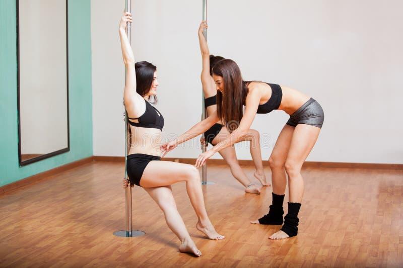 Funcionamiento del instructor del baile de poste imagen de archivo