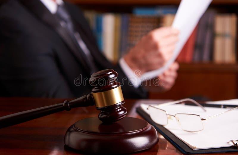 Funcionamiento del juez, documento de la ley de la tenencia fotos de archivo libres de regalías
