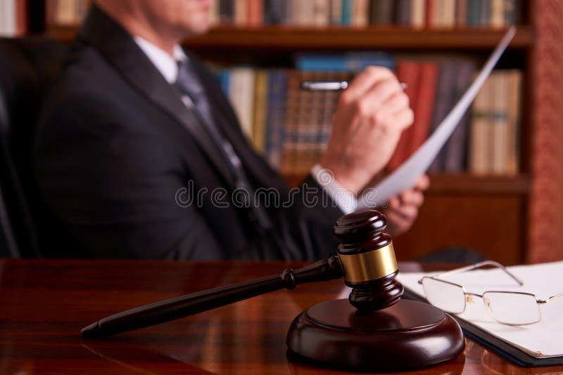 Funcionamiento del juez, documento de la ley de la tenencia fotos de archivo