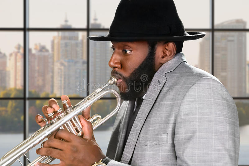 Funcionamiento del mediodía del trompetista del reggae fotos de archivo libres de regalías