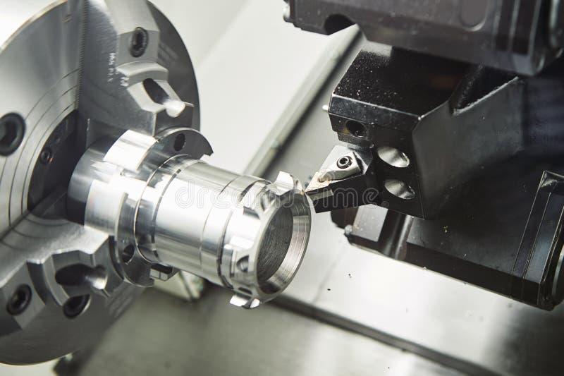 Funcionamiento del metal operación de torneado pefroming de la herramienta de corte en la máquina del CNC imágenes de archivo libres de regalías