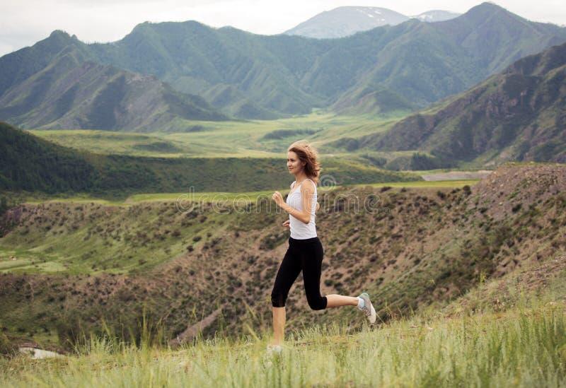 Funcionamiento deportivo joven de la mujer al aire libre imagen de archivo