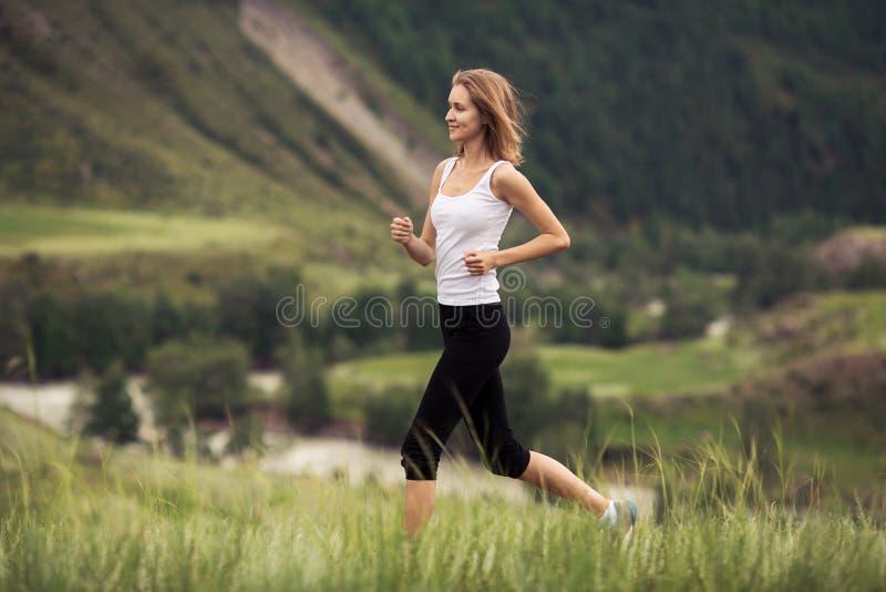 Funcionamiento deportivo joven de la mujer al aire libre foto de archivo libre de regalías