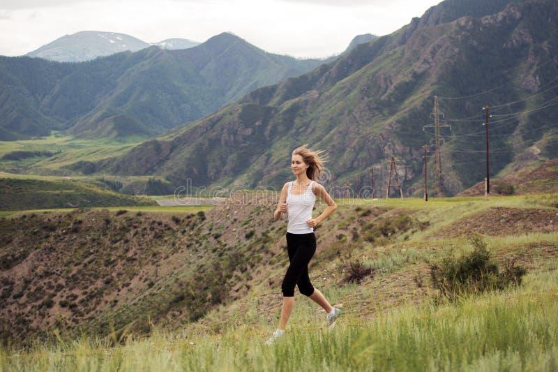 Funcionamiento deportivo joven de la mujer al aire libre fotos de archivo libres de regalías