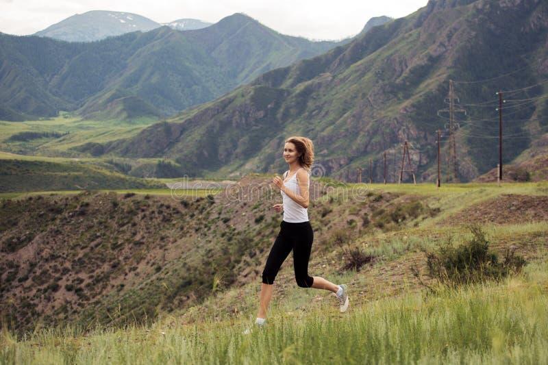 Funcionamiento deportivo joven de la mujer al aire libre imagenes de archivo