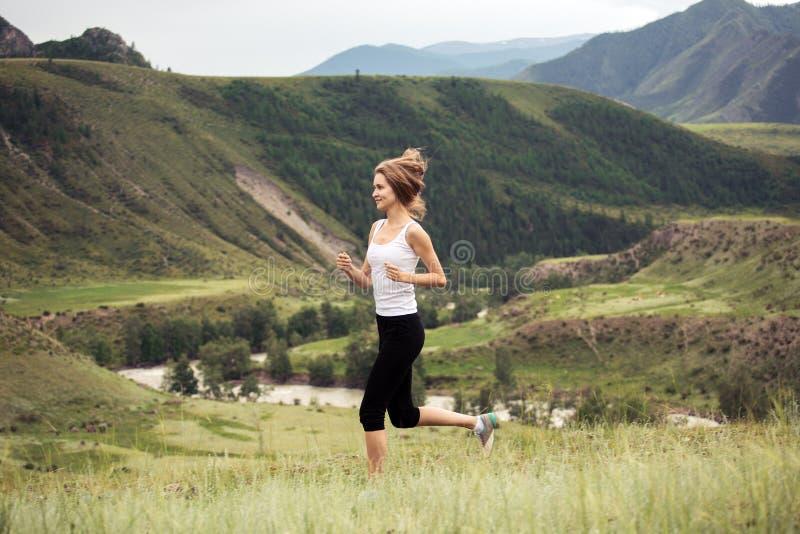 Funcionamiento deportivo joven de la mujer al aire libre imágenes de archivo libres de regalías