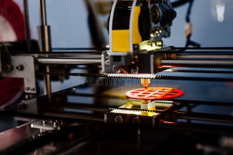 funcionamiento e impresión de la impresora 3d foto de archivo libre de regalías