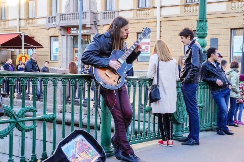 Funcionamiento en el aire abierto en St Petersburg En el verano de 2016 Funcionamientos de la guitarra de la calle imagenes de archivo