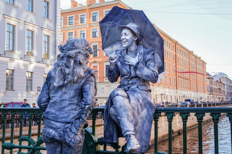 Funcionamiento en el aire abierto en St Petersburg pantomime En el verano de 2016 Funcionamientos de la calle el disfrute de la v fotografía de archivo