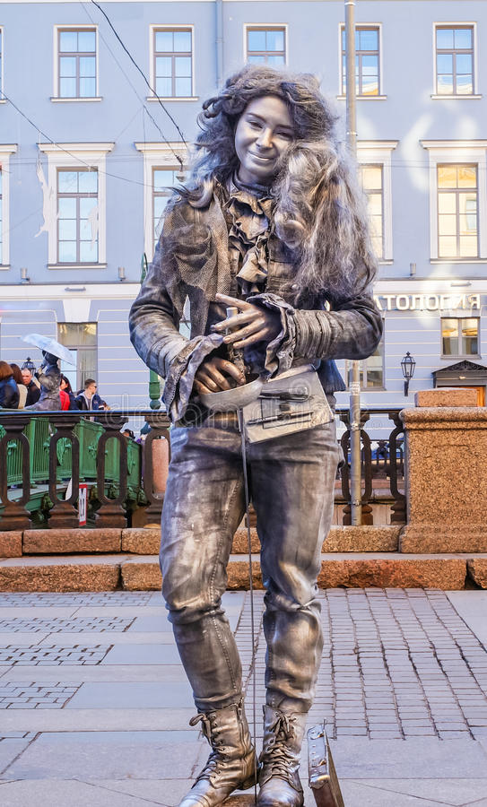 Funcionamiento en el aire abierto en St Petersburg pantomime En el verano de 2016 Funcionamientos de la calle el disfrute de la v imagen de archivo libre de regalías