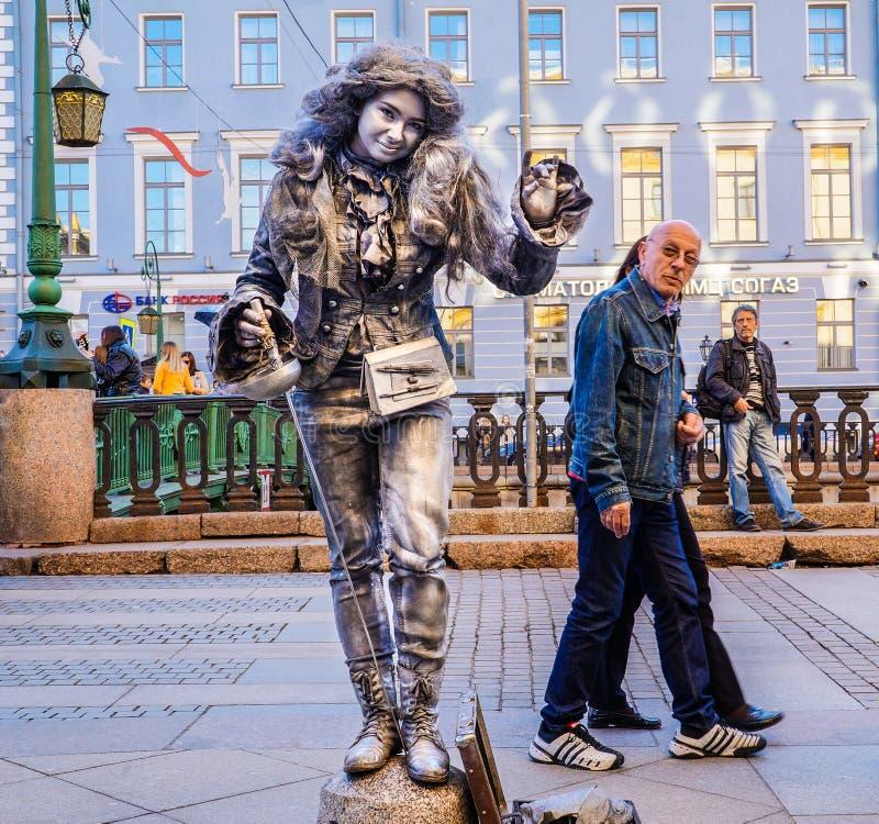 Funcionamiento en el aire abierto en St Petersburg pantomime En el verano de 2016 Funcionamientos de la calle el disfrute de la v fotos de archivo