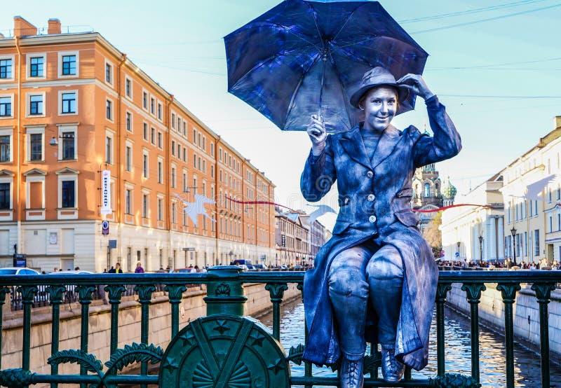 Funcionamiento en el aire abierto en St Petersburg pantomime En el verano de 2016 Funcionamientos de la calle el disfrute de la v foto de archivo libre de regalías