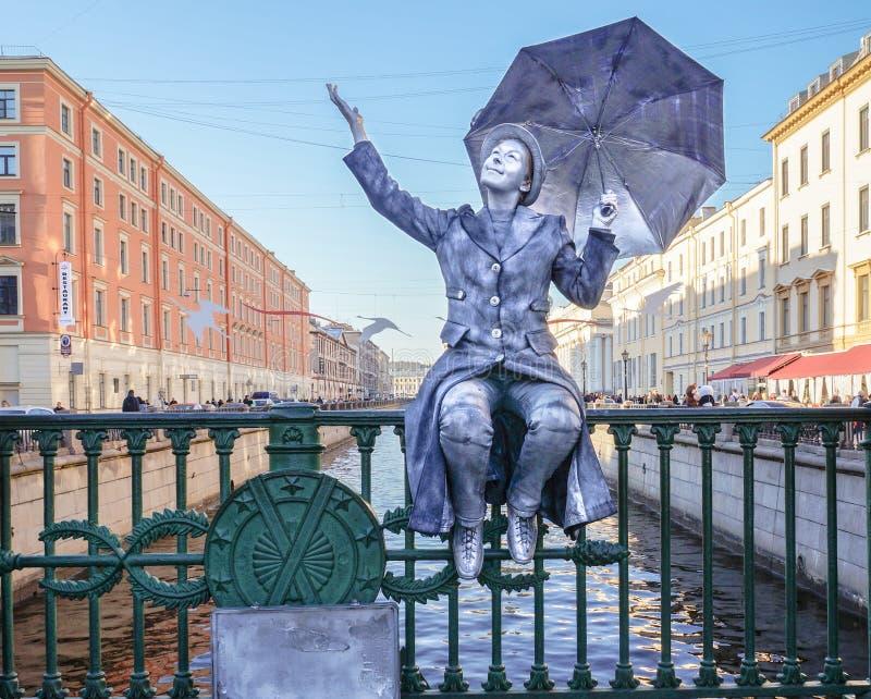 Funcionamiento en el aire abierto en St Petersburg pantomime En el verano de 2016 Funcionamientos de la calle el disfrute de la v fotos de archivo libres de regalías