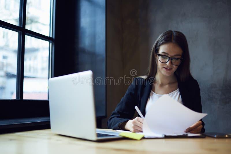 Funcionamiento femenino profesional concentrado del encargado administrativo imágenes de archivo libres de regalías