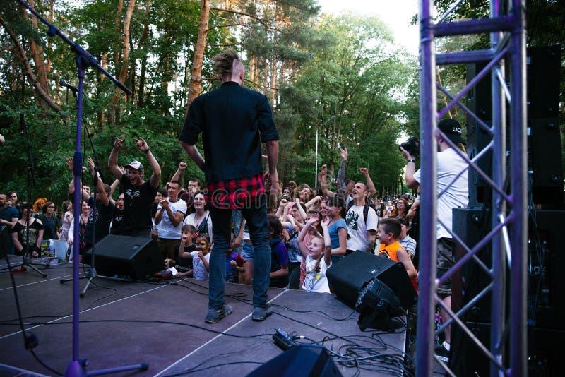 Funcionamiento grupo de rock ` Chumatsky Shlyakh ` del 10 de junio de 2017 en Cherkassy, Ucrania imagen de archivo