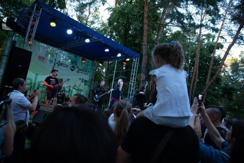 Funcionamiento grupo de rock ` Chumatsky Shlyakh ` del 10 de junio de 2017 en Cherkassy, Ucrania imagenes de archivo