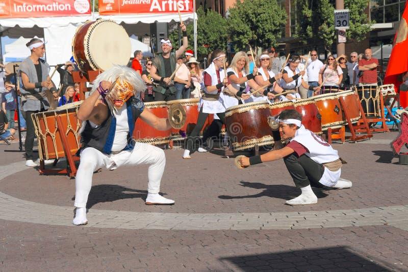 Funcionamiento japonés del tambor con danza del platillo foto de archivo libre de regalías