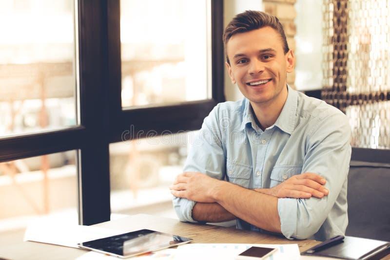 Funcionamiento joven del hombre de negocios imagen de archivo libre de regalías