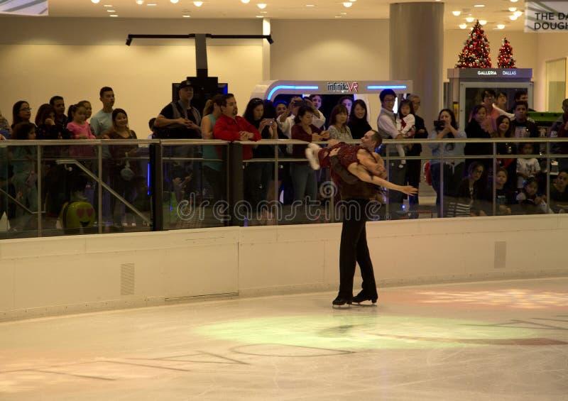 Funcionamiento los pares del patinaje artístico en el Galleria Dallas fotos de archivo