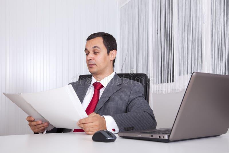 Funcionamiento maduro del hombre de negocios imágenes de archivo libres de regalías